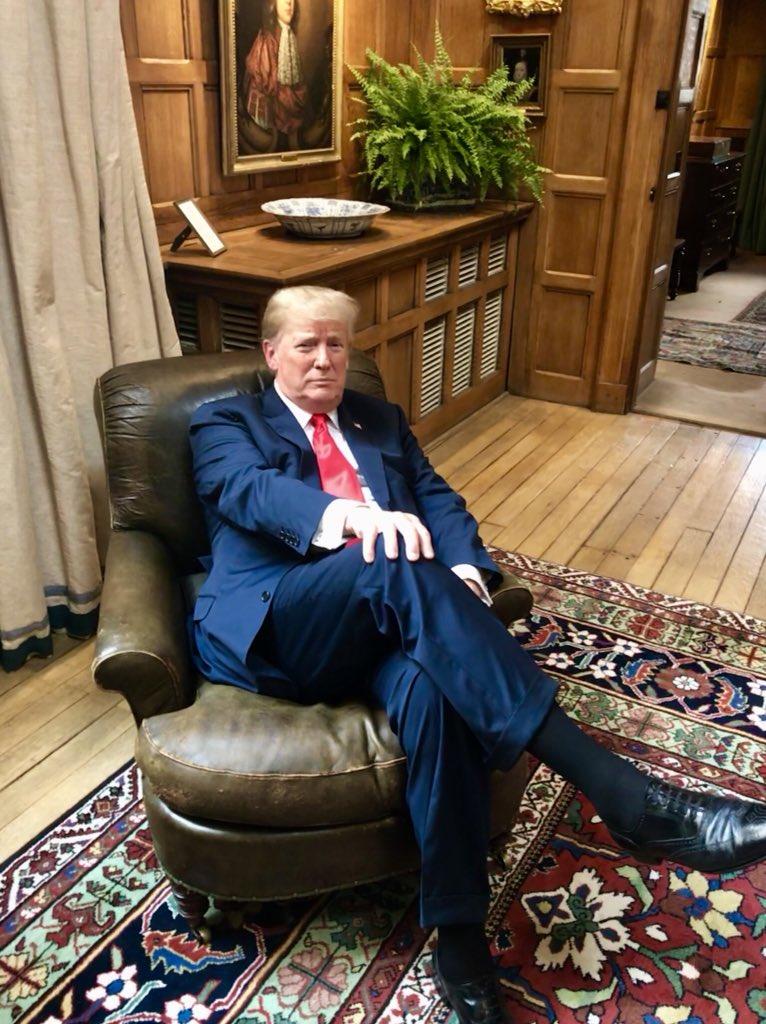 نشستن ترامپ برروی صندلی چرچیل جنجال به پا کرد+ تصاویر