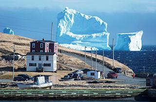 نزدیک شدن کوه یخی ۱۰۰ متری به محل سکونت روستاییان + فیلم