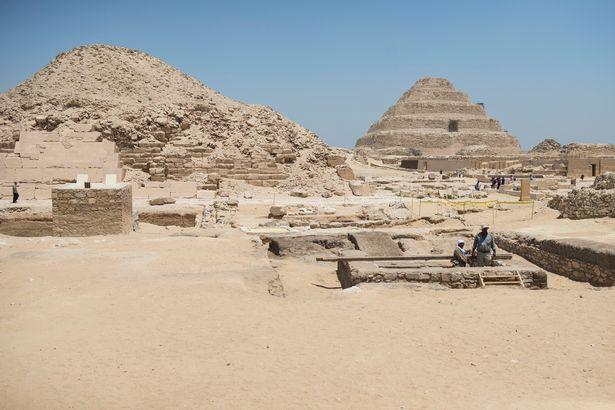کشف تعداد بیشماری آثار باستانی و مومیایی از دل اهرام سه گانه +تصاویر