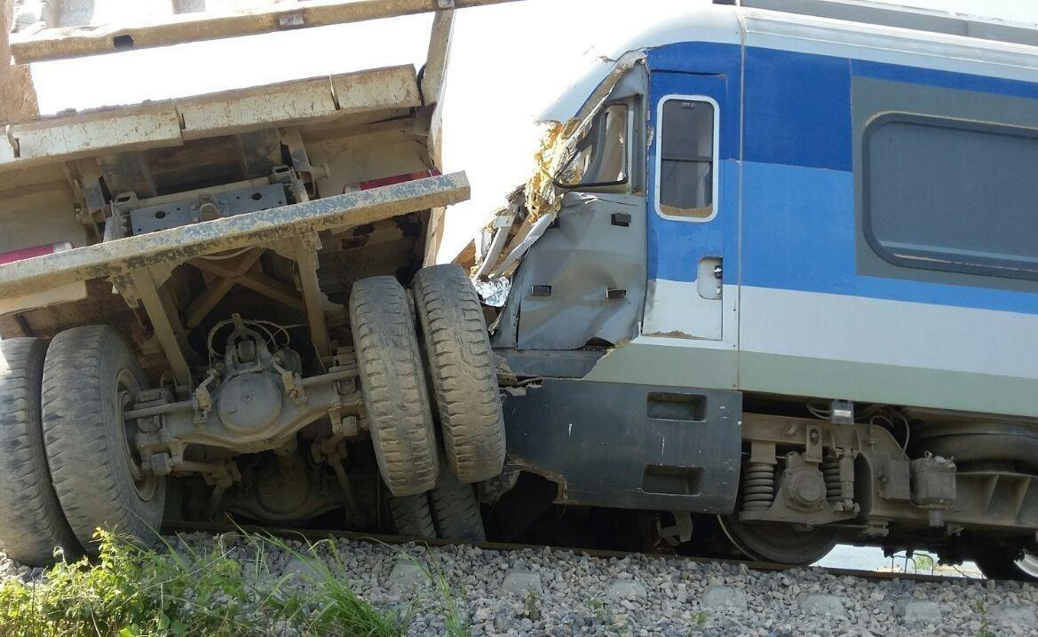 بی توجهی راننده کامیون به حریم ریلی باعث تصادف شد