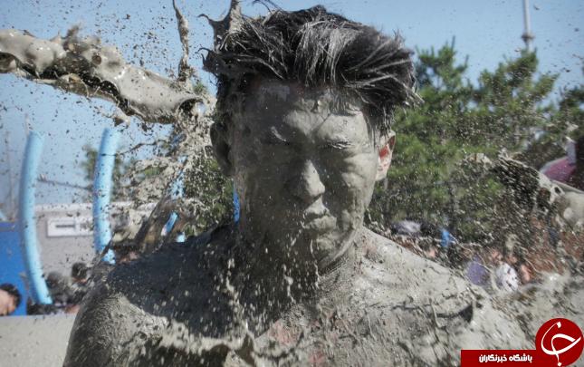 تصاویر روز: از مراسم رژه ارتش فرانسه تا فستیوال بازی با آب گل آلود در کره جنوبی