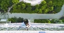 لحظه آویزان ماندن یک بچه از طبقه بیستم یک ساختمان +فیلم
