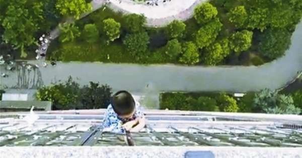 لحظه آویزان ماندن یک بچه از طبقه 20 ساختمان + فیلم//