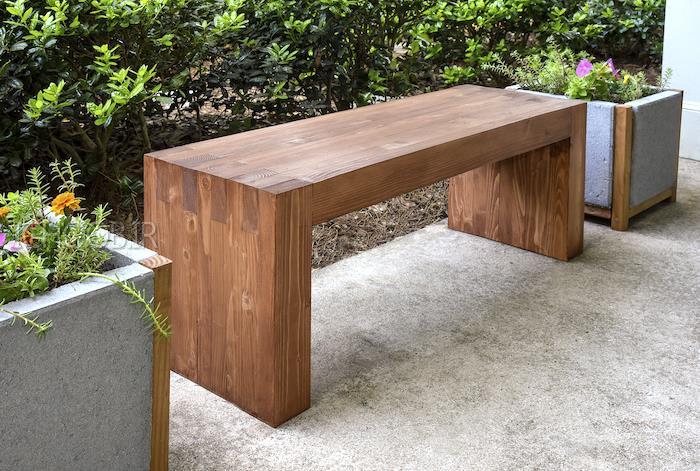 استفاده از نیمکتهای چوبی به عنوان میز غذاخوری