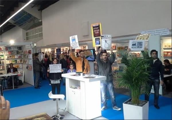 پول میگیریم/ مزاحمت منافقین را در نمایشگاه کتاب فرانکفورت تحمل میکنیم!
