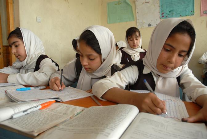 معضل کمبود کتاب و آموزگار در مکاتب هرات