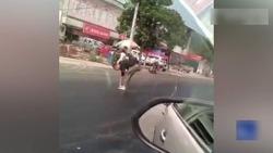 گرفتار شدن عابر پیاده در  آسفالت داغ خیابان! + فیلم