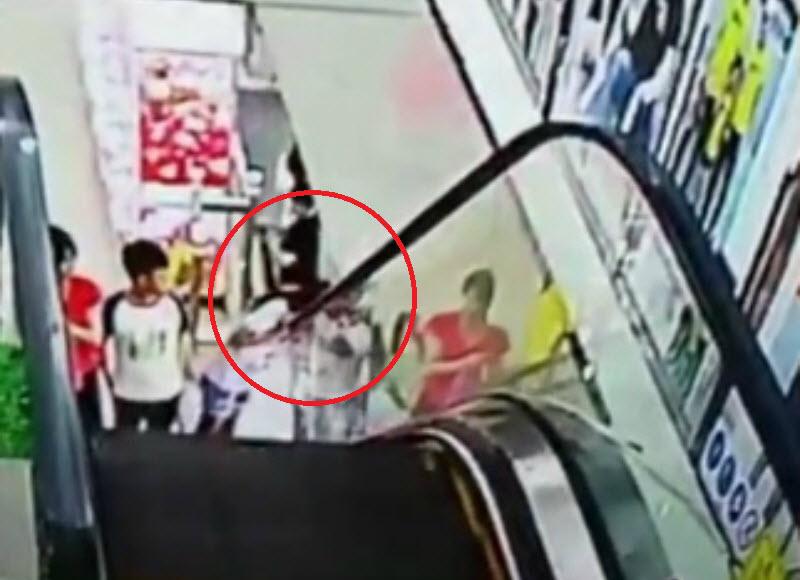 لحظه گیر کردن سر دختر خردسال در پله برقی ! + فیلم//