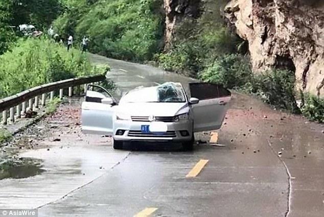 لحظه وحشتناک سقوط سنگ روی خودرو + فیلم//