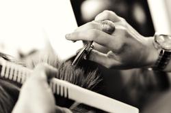 مهارت عجیب پیرمرد در کوتاه کردن مو با داس! +فیلم