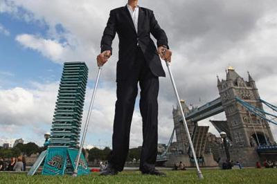 پسری با بیش از ۲ متر قد که اسم رکورد گینس به گوشش هم نخورده است+عکس