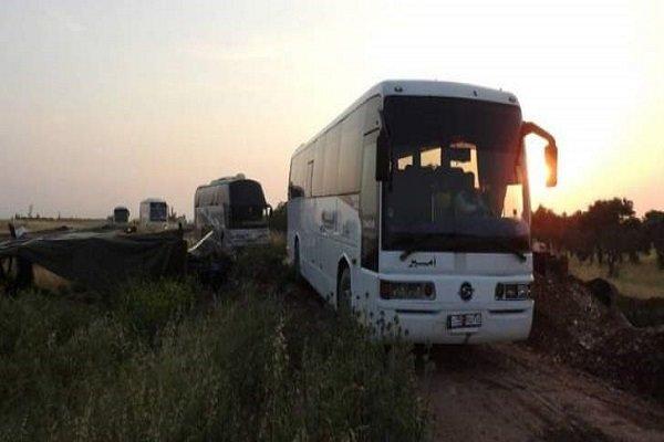 تروریستهای مسلح ۲۱ دستگاه اتوبوس را در گذرگاه «العیس» سوریه به گروگان گرفتند