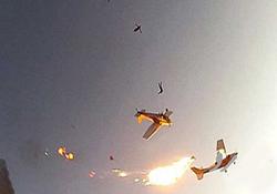 برخورد وحشتناک دو هواپيماى حامل چتربازان با يكديگر در آسمان + فیلم