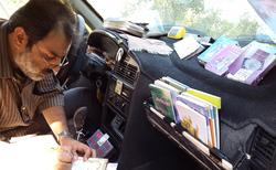 رفتار عجیب یک راننده تاکسی با مسافرانش! + عکس