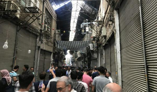 تجمع مسالمتآمیز کسبه در بازار/ بازاریان تهران در اعتراض به رکود و قیمت ارز دست از کار کشیدند + فیلم