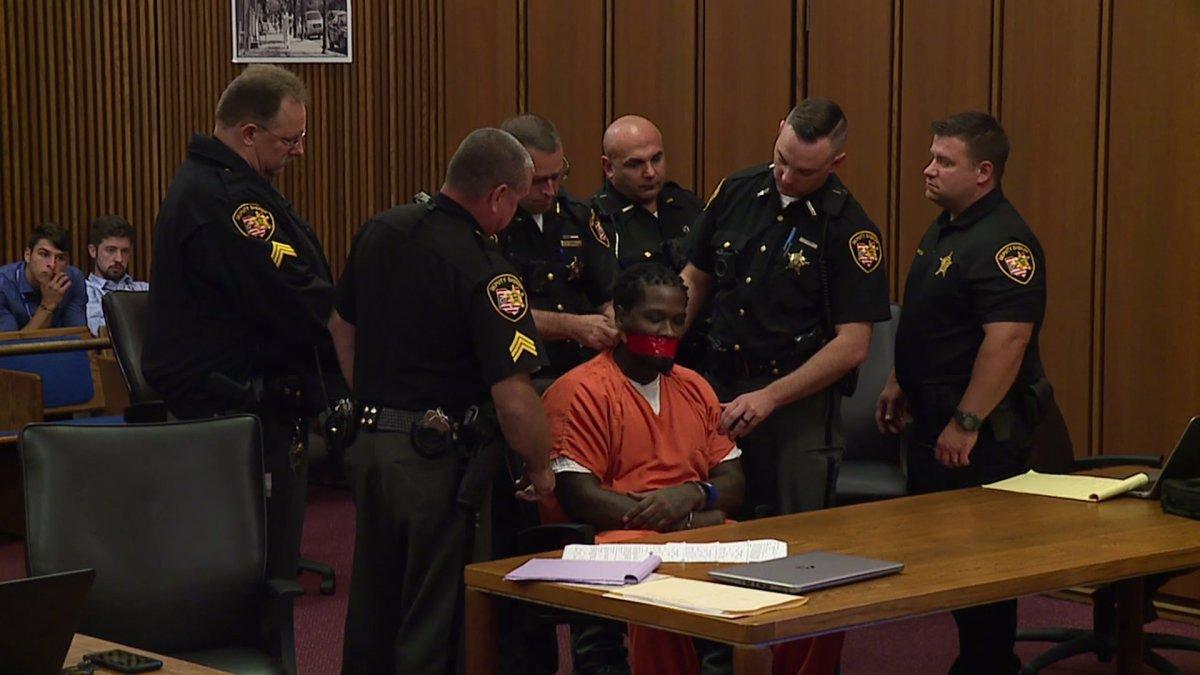 بستن دهان یک متهم با چسب نواری در دادگاهی در آمریکا به دستور قاضی+ تصاویر