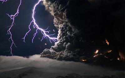 عکس ها غیر قابل باور از برخورد رعدوبرق با آتشفشان+تصاویر