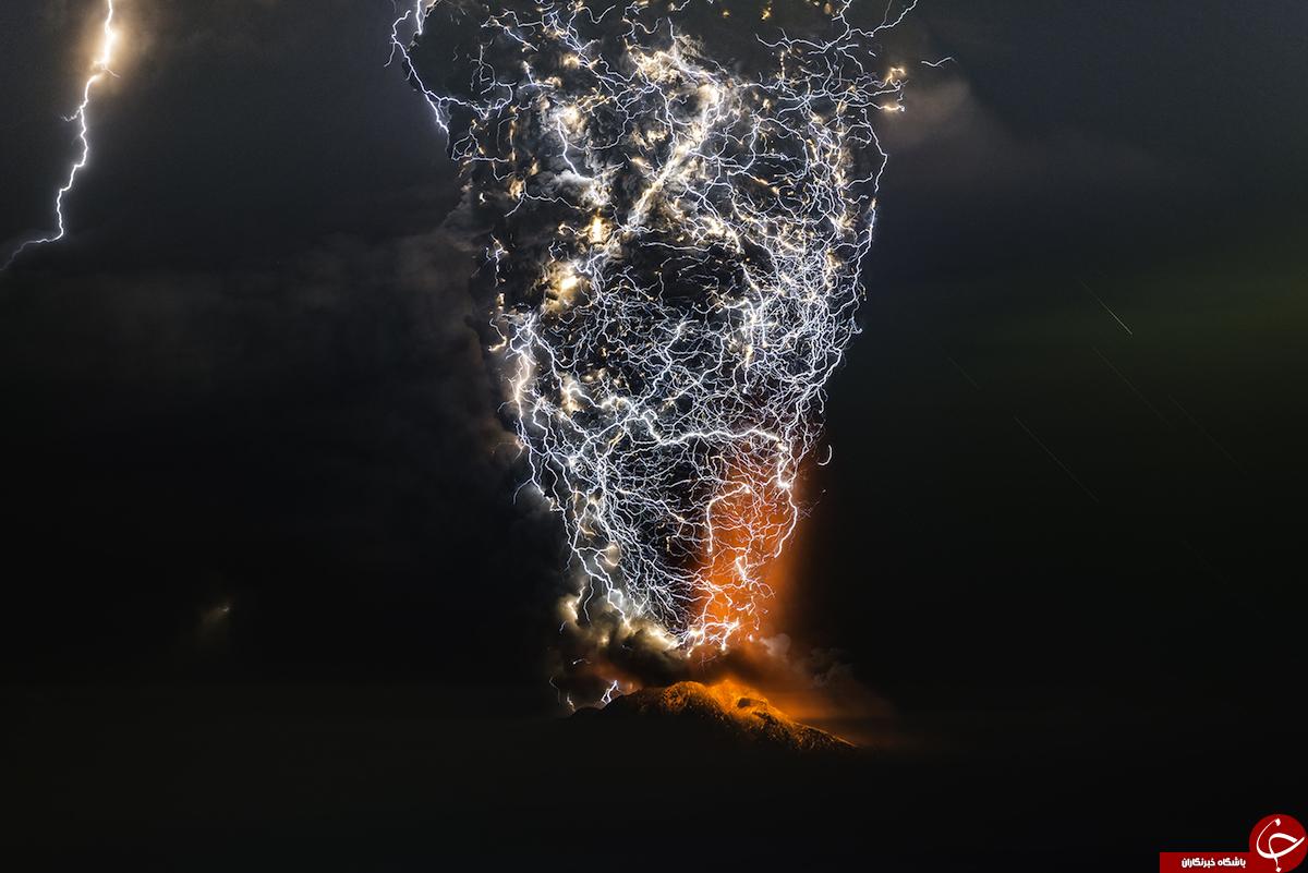 تصاویر باورنکردنی از برخورد رعدوبرق با آتشفشان+تصاویر