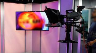 بیهوش شدن مجری حین اجرای برنامه زنده!+فیلم