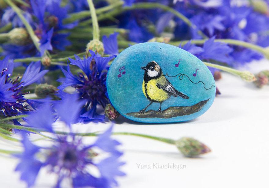 هنرمندی که با ظرافت تمام، تصاویر حیوانات را روی سنگ نقاشی می کند+تصاویر