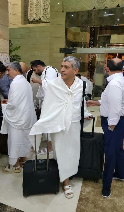 وزیر پیشین اقتصاد لباس احرام برتن کرد+عکس