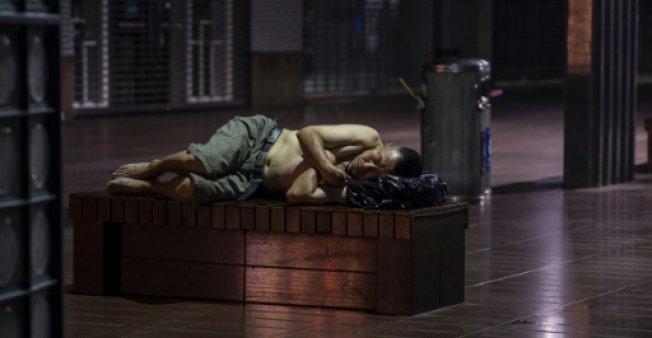 باشگاه خبرنگاران -ساکنان شانگهای برای فرار از گرما در خیابانها میخوابند!