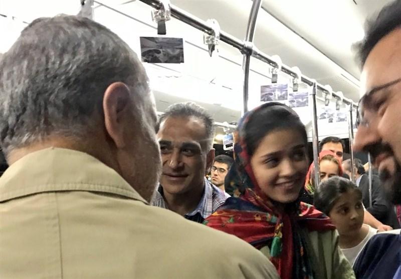 سفر سردار سلیمانی با هواپیمای عمومی و گفتوگوی رو در رو با مردم + عکس