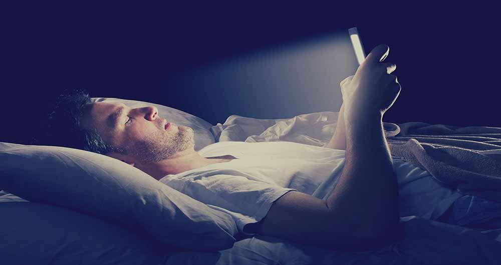 تاثیرات مخرب نور گوشی روی بدن انسان+اینفوگرافی