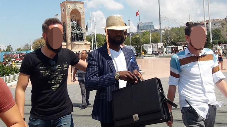 بازداشت کیمیاگری که کاغذ را به دلار تبدیل می کرد+عکس