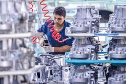مواد اولیه تولید قطعات خودرو در دست واسطههاست!/ خروج شرکتهای خودروساز خارجی تأثیری بر بازار ندارد