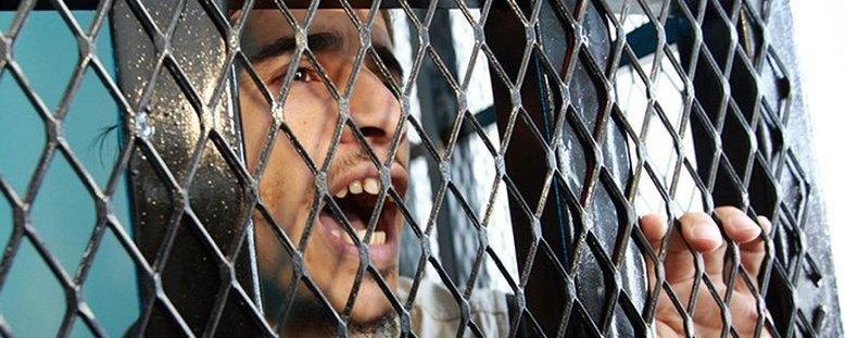 پشت پرده زندانهای مخوف یمنی با شکنجهگران اماراتی/از شکنجههای جنسی و فجیع تا کباب کردن زندانیان! +تصایر