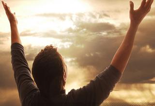 خداوند به چه جوانی افتخار و او را به فرشته تشبیه میکند؟