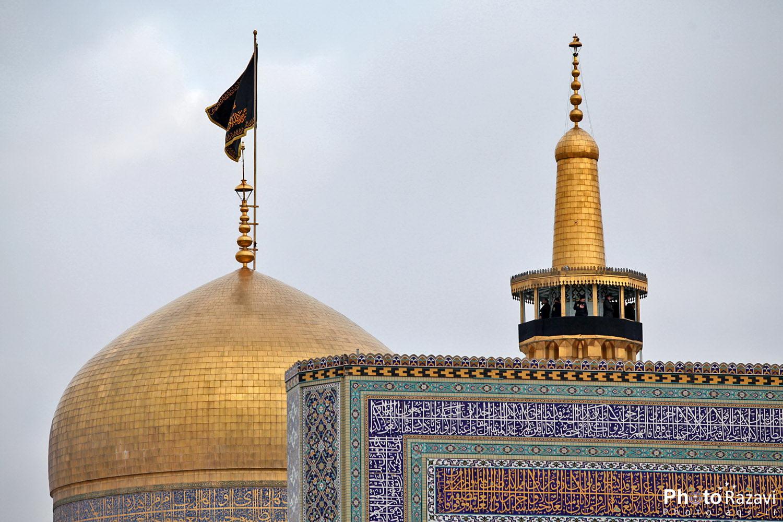 تعویض پرچم گنبد مطهر رضوی در آستانه سالروز شهادت حضرت امام محمدباقر (ع)