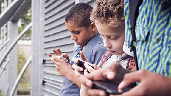 پرسههای مجازی فرزندمان را مدیریت کنیم/ آموزش استفاده صحیح از تلفن همراه در نوجوانی