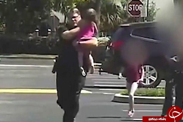 لحظه نجات کودک گرفتار شده در گرمای خودرو + فیلم