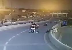سقوط مرگبار راننده موتور پس از تصادف در اتوبان + فیلم