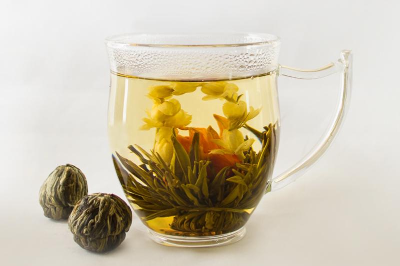 شکفتن شکوفههای چای سبز در آب