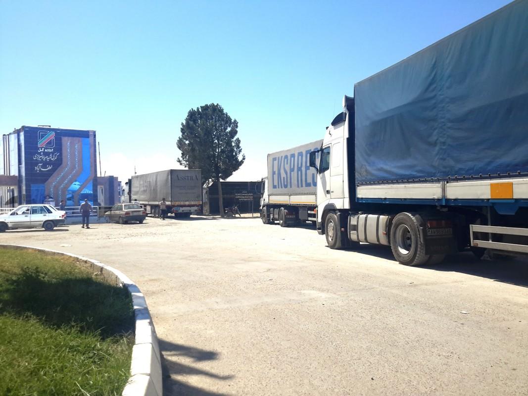 محدودیتی برای تردد کامیون های ترانزیتی در مرز لطف آباد وجود ندارد