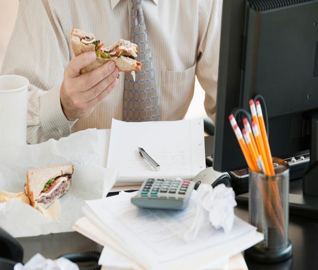 ////چاقی به دلیل عادت اشتباه خوردن خوراک درمحل کار