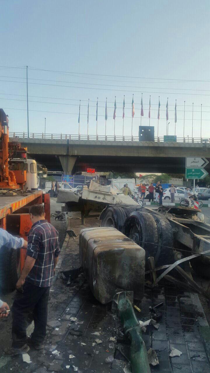 واژگونی تریلر حامل بیل مکانیکی در تهرانپارس + عکس