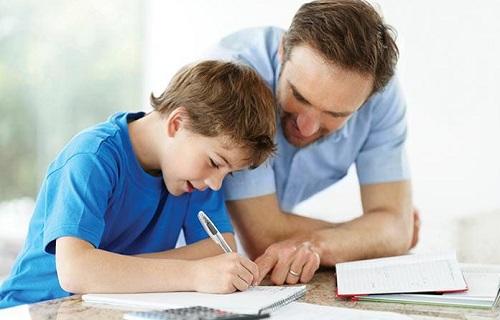 چگونه به فرزندمان کمک کنیم تا تکالیفشان را انجام دهند؟