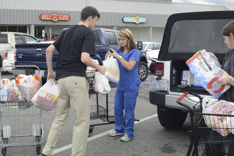 طوفان سهمگین فلورانس و هجوم مردم آمریکا به فروشگاههای مواد غذایی+تصاویر