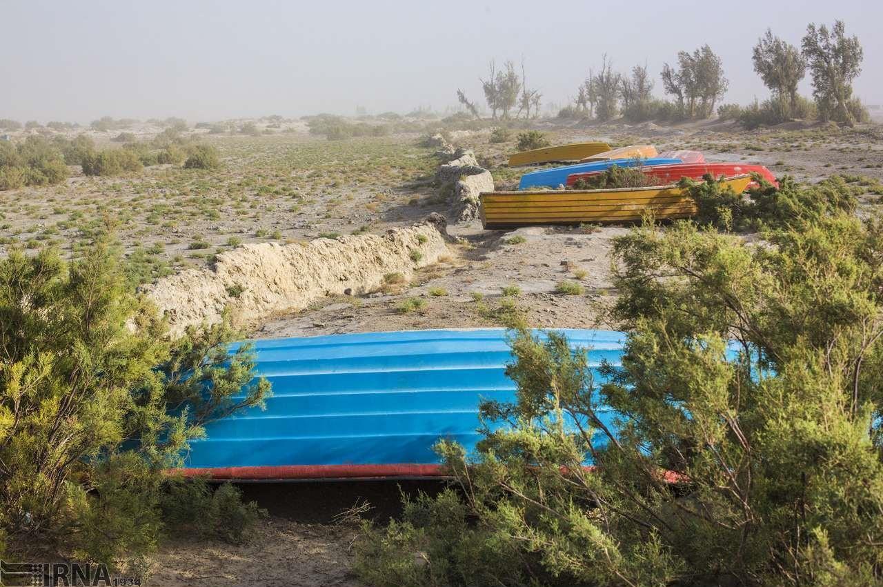 خودکشی قایقها از دردِ خشکی هامون+ تصاویر