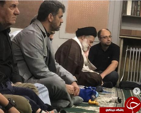تصویری از فرزند ارشد رهبر انقلاب در کنار مردم در مسجد+عکس