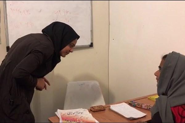 دختری که داوطلبانه معلم نیازمندان حاشیهنشین شده است+تصاویر