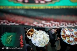 آیین توزیع غذای نذری در روستای اراضی اصفهان