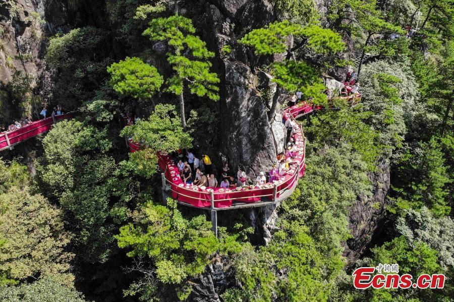 افتتاح یک رستوران صخرهای حیرت آور در چین+ تصاویر