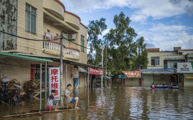 تصاویر روز: از کوسهای که در یک قدمی دو غواص شنا میکند تا آبگرفتگی خیابانهای چین در پی وقوع توفان منکوت