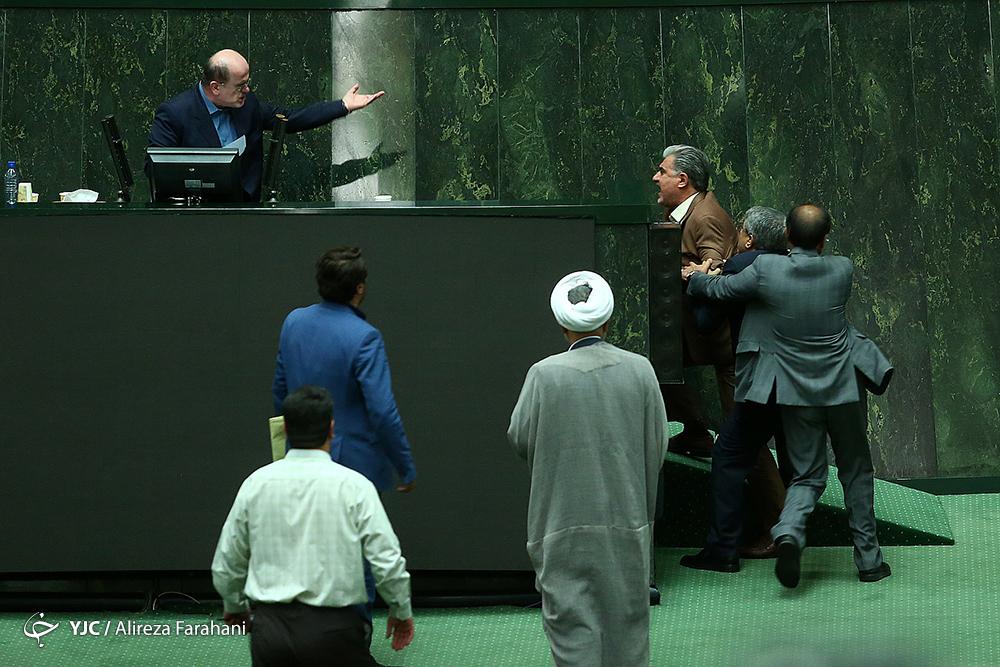 گعدههایی که صدای اعتراض رئیس را درآورد/نامرئی شدن سفرههای مردم در بهارستان!/ وقتی جای عزیزان مجلس عوض میشود+ تصاویر
