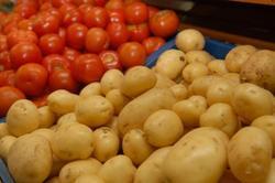 دوئل مسئولان بر سر دلایل افزایش قیمت سیب زمینی و گوجه فرنگی